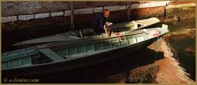 C'est vrai qu'à Venise elle peut aussi être dure la vie, surtout lorsqu'il faut transporter des objets lourds et passer les ponts, avec une voiture ce serait si facile... mais ces désagréments-là sont amplement compensés par la beauté et la douceur de vivre vénitienne. Sur le pont de le Pazienze, dans le Sestier du Dorsoduro à Venise.