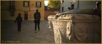 Détail du puits du Campo de l'Anzolo Rafael, un puits datant de 1349, offert par Marco Ariani, mort de la peste en 1348 et qui avait légué 300 ducats dans son testament pour la mise en œuvre de deux puits, un public et un privé. Dans le Sestier du Dorsoduro à Venise.