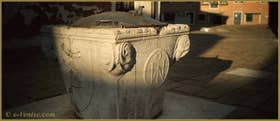 Détail du puits du Campo de l'Anzolo Rafael, un puits datant de 1349, offert par Marco Ariani, mort de la peste en 1348 et qui avait légué 300 ducats dans son testament pour la mise en œuvre de deux puits, un public et un privé. Dans le Sestier du Dorsoduro à Venise