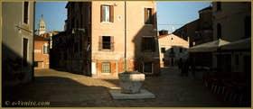 Le Campo de l'Anzolo Rafael et son puits datant de 1349, dans le Sestier du Dorsoduro à Venise