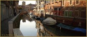 Reflets sur le rio de l'Anzolo Rafael, au fond, le campanile de l'église San Nicolo dei Mendicoli, dans le Sestier du Dorsoduro à Venise