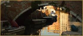 Reflets sous le pont de l'Anzolo, sur le rio de l'Anzolo Rafael, dans le Sestier du Dorsoduro à Venise