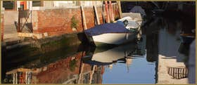 Reflets sur le rio de l'Anzolo Rafael, à gauche, la Fondamenta Barbarigo, dans le Sestier du Dorsoduro à Venise.