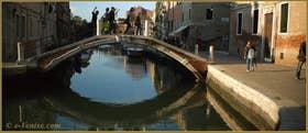 Reflets sous le pont de le Terese, sur le rio dell'Arzere, dans le Sestier du Dorsoduro à Venise
