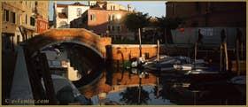 Reflets sur le rio di San Nicolo' Mendicoli devant le pont de la Piova, dans le Sestier du Dorsoduro à Venise