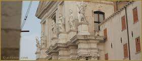 Brochette de Saints, sur la façade de l'église dei Gesuiti, dans le Sestier du Cannaregio à Venise.