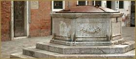 Le puits hexagonal du Campo dei Gesuiti, datant de 1527, dans le Sestier du Cannaregio à Venise