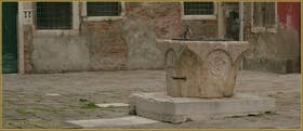 Le puits de la Corte de le Candele, datant du XIVe siècle, en marbre rose de Vérone, dans le Sestier du Cannaregio à Venise