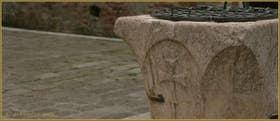 L'une des deux croix de procession du puits de la Corte de le Candele, datant du XIVe siècle, dans le Sestier du Cannaregio à Venise