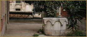 Le puits en pierre d'Istrie de la Corte Nova, datant du XV-XVIe siècle, dans le Sestier du Cannaregio à Venise.