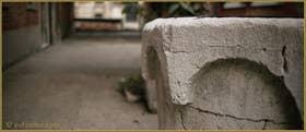 Détail du puits en pierre d'Istrie de la Corte Nova, du XV-XVIe siècle, dans le Sestier du Cannaregio à Venise
