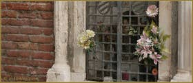 La niche votive aux armes de la famille Zen (sur les grilles) du Campiello Sant'Antonio. La statue d'origine de saint Antoine a été volée et est désormais remplacée par une statue récente. Cette niche votive, autrefois très vénérée, date du XVIIe siècle, dans le Sestier du Cannaregio à Venise