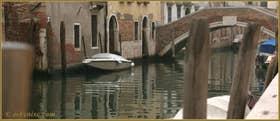Reflets sur le rio de Santa Caterina, au fond le pont dei Gesuiti, dans le Sestier du Cannaregio à Venise.