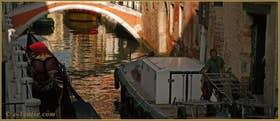 Reflets sous le pont Ubaldo Belli, sur le rio de San Felice, dans le Sestier du Cannaregio à Venise