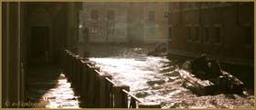 Bateaux sur le rio de Noal, le long de la Fondamenta dei Felzi, au fond, le Grand Canal de Venise.