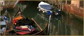Gondoles sur le rio de la Madalena, devant le pont Sant' Antonio, dans le Sestier du Cannaregio à Venise.