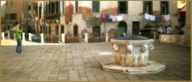Le Campo de la Madalena et son puits de la fin du XVe siècle, dans le Sestier du Cannaregio à Venise.