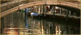 Reflets sous le pont de Santa Fosca, dans le Sestier du Cannaregio à Venise