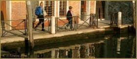 Reflets sur le rio de Santa Fosca, le long de la Fondamenta Vendramin, dans le Sestier du Cannaregio à Venise
