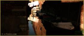 Reflets sur le rio de le Gorne, dans le Sestier du Castello à Venise