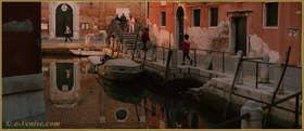 Reflets sur le rio de le Gorne, le long de la Fondameta dei Penini, au fond, l'église de San Martino, dans le Sestier du Castello à Venise.
