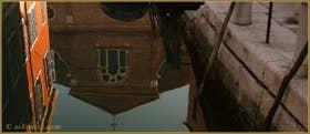 Reflet de l'église de San Martino à la surface du rio de le Gorne, dans le Sestier du Castello à Venise