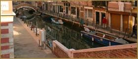 Le rio de Santa Anna, au fond le pont San Gioachin, dans le Sestier du Castello à Venise