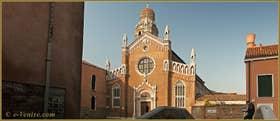 La façade de l'église de la Madona de l'Orto, dans le Sestier du Cannaregio à Venise