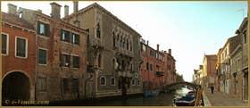Au centre et à gauche, le Palazzo des frères Mastelli, sur le rio de la Madona de l'Orto, dans le Sestier du Cannaregio à Venise.