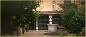 La cour et le puits de la Ca' Mastelli, donnant sur le Campo dei Mori, dans le Sestier du Cannaregio à Venise