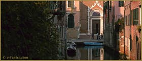 Reflets sur le rio Brazzo, au fond, l'église de la Madona de l'Orto, dans le Sestier du Cannaregio à Venise