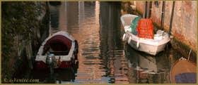 Reflets sur le rio Brazzo, dans le Sestier du Cannaregio à Venise