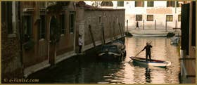 Retour à la maison du sandolo vu plus haut, sur le rio dei Muti, dans le Sestier du Cannaregio à Venise.