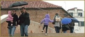 Sous la pluie sur le pont Dona', sur les Fondamente Nove, dans le Sestier du Cannaregio à Venise.