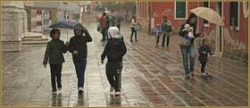 Sous la pluie entre copains et copines, Salizada dei Spechieri, dans le Sestier du Cannaregio à Venise