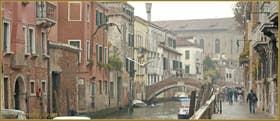 """Dialogue entre deux mouettes au-dessus du rio de Santa Caterina, le long de la Fondamenta Zen : """"Rentrons vite à la maison, j'ai oublié de fermer les fenêtres !"""" Dans le Sestier du Cannaregio à Venise"""