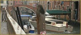 """Ici, sur le rio de Santa Caterina, on rentre la """"bagnole"""" pour ne pas avoir à l'écoper demain ! Au fond, le pont dei Gesuiti, dans le Sestier du Cannaregio à Venise"""