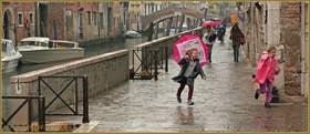 La joie de courir sous la pluie, Fondamenta Zen, dans le Sestier du Cannaregio à Venise