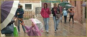 Petites scènes de vie sous la pluie, Salizada Seriman, dans le Sestier du Cannaregio à Venise