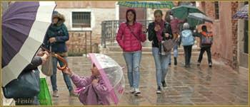 Petites scènes de vie sous la pluie, Salizada Seriman, dans le Sestier du Cannaregio à Venise.