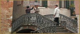 Un p'tit coin d'parapluie, pour un coin d'Paradis... sur le pont dei Sartori, dans le Sestier du Cannaregio à Venise