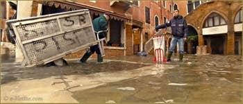Acqua Alta Venise - Campiello del Remer, le service des ordures ménagères continuait stoïquement son travail ! Bravo ! dans le Sestier du Cannaregio à Venise.