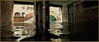 Acqua Alta Venise - Sotoportego del Milion, face au pont del Teatro o Marco Polo, dans le Sestier du Cannaregio à Venise.