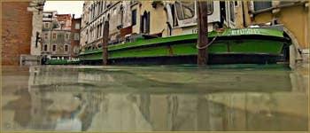 Acqua Alta Venise - Le bateau du service des ordures ménagères, Campo de la Fava, dans le Sestier du Castello à Venise.