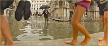 Acqua Alta Venise - Venise sur plage, sur les passerelles pour piétons, place Saint-Marc, dans le Sestier de San Marco à Venise.