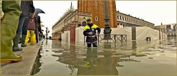 Acqua Alta Venise - Policier en charge de la circulation... piétons, place Saint-Marc, dans le Sestier de San Marco à Venise.