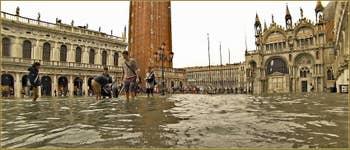 Acqua Alta Venise - La Piazzetta San Marco sous l'eau, de gauche à droite, la bibliothèque Marciana, le Campanile de Saint-Marc et la Basilique Saint-Marc, dans le Sestier de Saint-Marc à Venise.