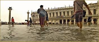 Acqua Alta Venise - La Piazzetta San Marco sous l'eau, devant la bibliothèque Marciana, dans le Sestier de Saint-Marc à Venise.