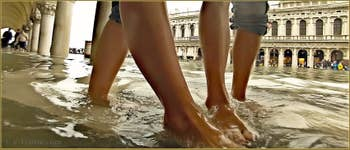 Acqua Alta Venise - Bisous petons dans l'eau, sous les arcades du Palais des Doges, dans le Sestier de Saint-Marc à Venise.