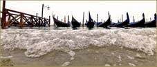 Acqua Alta Venise - Gondoles face à la Riva degli Schiavoni, totalement inondée, dans le Sestier du Castello à Venise